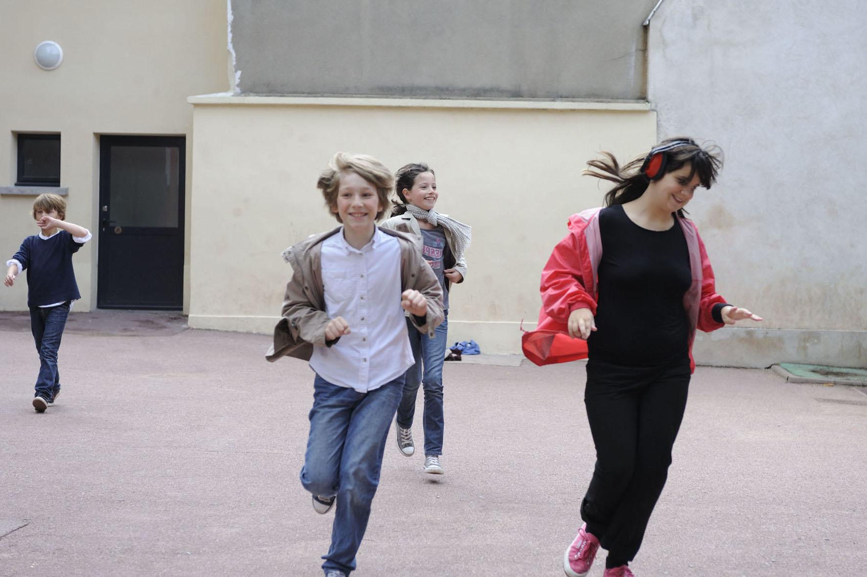 Une journée dans la vie Chiara. Jeune autiste de la maison de TED. Prise en charge par son AVS Sabrina à l'école et dans sa vie de tous les jours. Projet sociabiliser Sabrina au maximum.